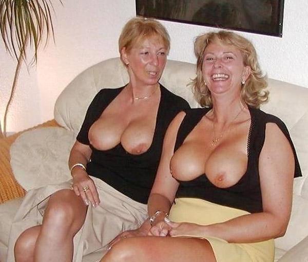 Femmes vieilles aux seins nus