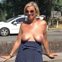 Milf Charlotte, une blonde qui adore exhiber ses seins