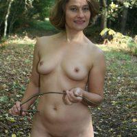 Roseline bourgeoise exhib nue en forêt